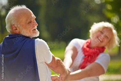 Leinwanddruck Bild Altes Paar Senioren tanzt im Sommer