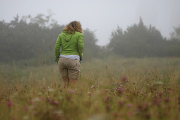 Femme dans une prairie