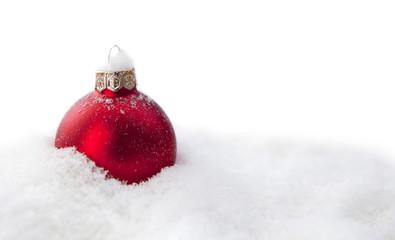 boule de Noël rouge dans le neige