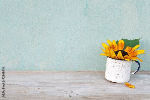 Keuken foto achterwand Zonnebloem Old boards with flowers