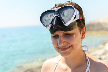 Scuba diver woman can't see because of sun