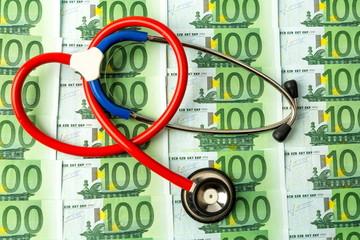 Stethoskop und Euro-Geldscheine