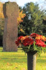 Friedhof, Blumenschmuck und Grosses Kreuz