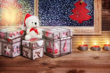 Weihnachtsgeschenke am Fenster