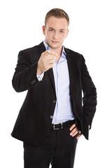 Mann zeigt mit dem Finger mit Blick verärgert: Portrait isoliert