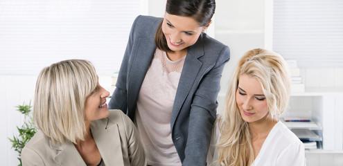 Angenehmes Betriebsklima unter Frauen im Büro
