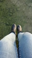 Füße baumeln überm Wssser