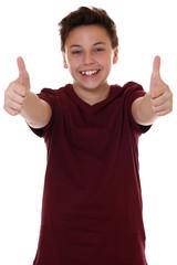 Lachender Teenager Junge zeigen Daumen hoch
