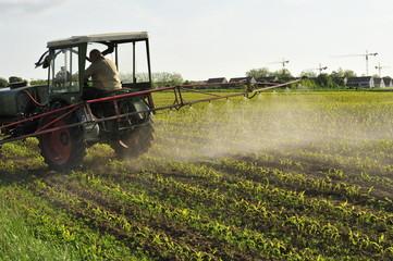 Agrarwirt beim Ausbringen der Spritzmittel