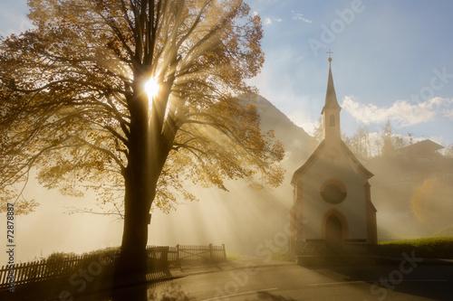 canvas print picture Kapelle im herbstlichen Morgenlicht