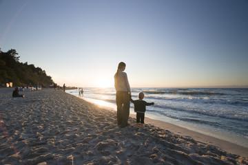Młoda kobieta z córką podziwiają zachód słońca, Morze Bałtyckie,