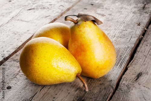 Foto op Canvas Keuken Three ripe juicy yellow pears