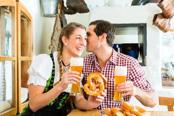 Paar trinkt Weißbier im bayrischen Restaurant