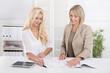Zwei Frauen bei der Arbeit im Büro: Chefin und Azubi