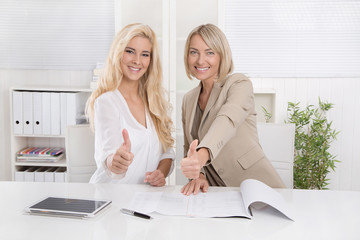 Weiblicher Berufsanfänger mit Chefin im Büro