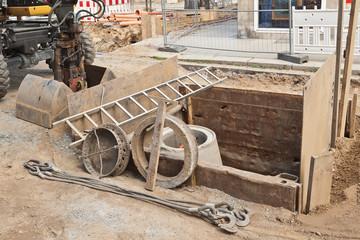 Montagearbeiten für einen neuen Kanalschacht aus Beton