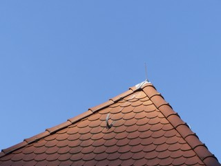 Rotbraune Schindeln auf einem Walmdach in Oerlinghausen