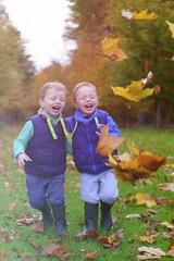 spelende blije kinderen