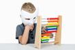 Kind mit Maske und Rechenmaschine