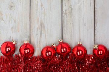Advent Hintergrund - Rote Weihnachtsdeko auf hellem Holz