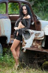 Брюнетка и старый автомобиль