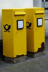 zwei gelbe Briefkästen