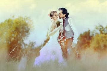 Hochzeitspaar feiert draußen Hochzeit mit Sekt