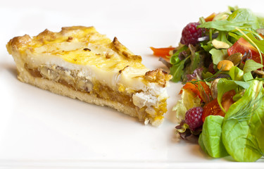 Tart with goat cheese and salad
