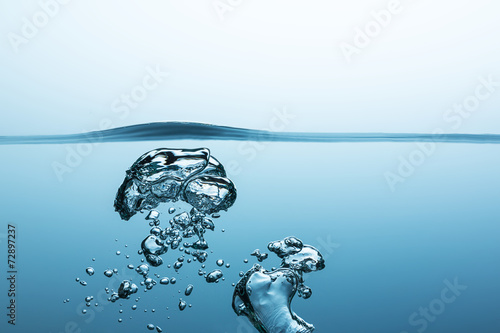 Luftblasen im wasser © rcfotostock