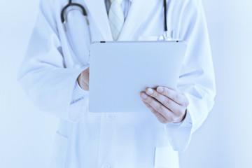 タブレットPCを操作する医師