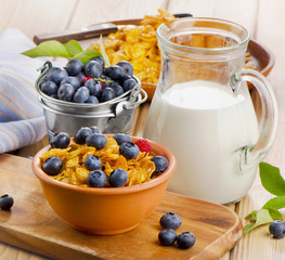 Corn flakes with fresh blueberries and milk