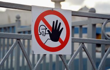 Запрещающий знак на ограде