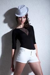 Hübsche junge Frau in Fashion Pose mit Hut