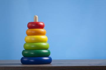 Buntes Holz Spielzeug für Kleinkinder, farbige Ringe, Pyramide.