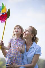 Mutter und Tochter mit Windrad