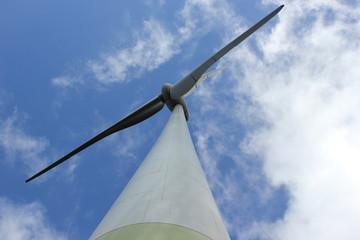 Blick von unten auf die Rotoren eines Windrades