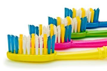 Зубные щетки на изолированном белом фоне