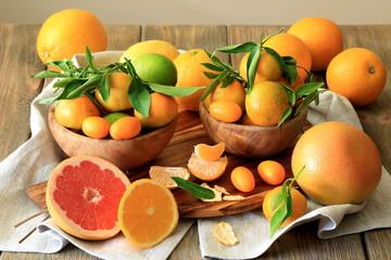 Апельсины и мандарины с листочками - натюрморт