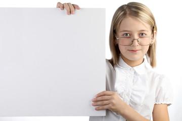Девочка с доской для объявлений на белом фоне