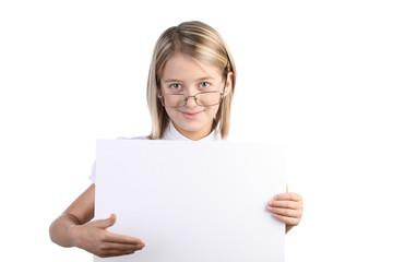 Девочка блондинка с доской для записи в руке