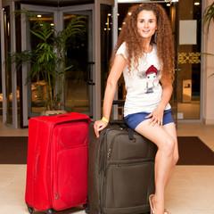 Девушка с большими чемоданами