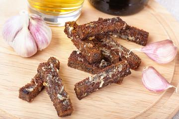 Rye rusks with garlic
