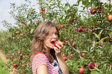 jeune femme qui mange une pomme