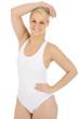 Frau trägt weißen Badeanzug zum Schwimmen