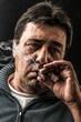 fumando un sigaro - 72936649