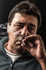 fumando un sigaro