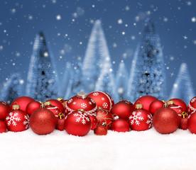 Weihnachtshintergrund mit Kugeln / Schnee/ Tanne