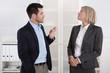 Büro: Mann und Frau im Gespräch: Small talk