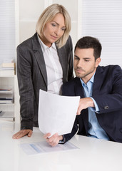 Analyse der Kosten und Finanzen: Kaufleute blicken auf Dokument