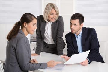 Geschäftliche Besprechung im Büro: Mann und Frauen